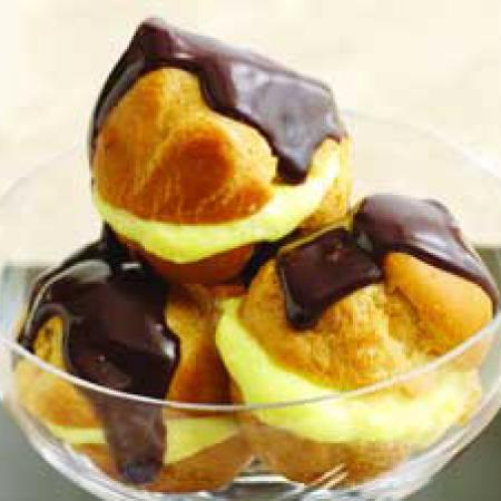 Profiteroles au chocolat chaud et sauce à l'orange